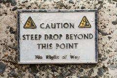 Varningstecken på hamnväggen Royaltyfri Foto