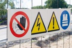 Varningstecken på staketet på konstruktionsplatsen Arkivbilder