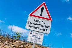 varningstecken - parkering en sida endast och ansvarigt till att översvämma arkivfoto