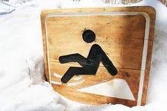Varningstecken som är halt på snow Royaltyfri Foto