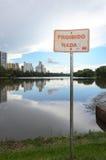 Varningstecken som förbjudas för att simma i sjön Royaltyfria Bilder
