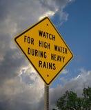 Varningstecknet för högt vatten, ` vänder omkring, universitetslärare` t drunknar royaltyfria foton