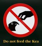 Varningstecknet matar inte Keaen - Nyaet Zeeland Royaltyfria Foton
