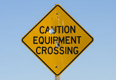 Varningsutrustningkorsning tecken Arkivfoto