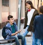 Varones adolescentes y el hablar de la muchacha Fotos de archivo