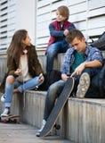 Varones adolescentes y el hablar de la muchacha Imagen de archivo