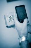 Varredura com o smartphone do código do qr Foto de Stock Royalty Free