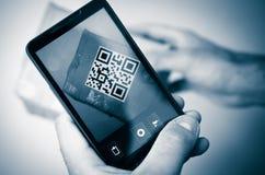 Varredura com o smartphone do código do qr Fotografia de Stock Royalty Free