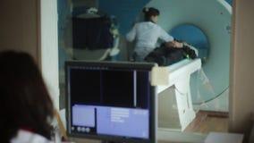 Varredura do doutor Examining Patient Before CT filme