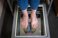 Varredura do pé de Digitas da etapa, varredura do pé de Orthotics para palmilhas feito-à-medida da sapata, postura e análise do e fotos de stock