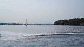 Varreduras do esqui do jato na superfície da água do lago Planta geral video estoque