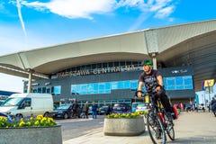 """Varsóvia, †do Polônia """"6 de maio de 2017: Estação de trem central em Varsóvia no dia ensolarado com céu azul Fotos de Stock"""