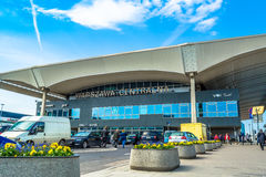 """Varsóvia, †do Polônia """"6 de maio de 2017: Estação de trem central em Varsóvia no dia ensolarado com céu azul Imagens de Stock Royalty Free"""