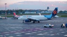 VARSÓVIA, POLÔNIA - ABRIL, 14, 2017 Avião israelita de Airbus A320 da linha aérea de Israir que taxiing no aeroporto tiro 4k video estoque