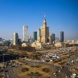 Varsóvia, Polônia Centro da vista aérea da cidade Palácio de arranha-céus da cultura e da ciência e do negócio fotografia de stock