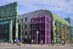 Varsóvia, Polônia - construção principal da biblioteca da universidade de Varsóvia no foto de stock