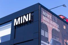 VARSÓVIA, POLÔNIA - 6 DE FEVEREIRO DE 2019: Construção do negócio do automóvel de Mini Cooper com a propaganda na parede fotografia de stock royalty free