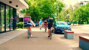 VARSÓVIA, POLÔNIA - 11 DE JULHO DE 2017 Jovens que dão um ciclo ao longo do passeio da rua da cidade Foto de Stock