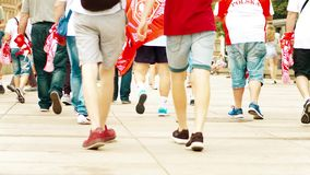 VARSÓVIA, POLÔNIA - 10 DE JUNHO DE 2017 Caminhada polonesa dos fan de futebol dos jovens ao longo da rua Fotografia de Stock