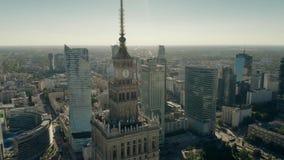 VARSÓVIA, POLÔNIA - 5 DE JUNHO DE 2019 Tiro aéreo do palácio da cultura e da ciência dentro dos arranha-céus do centro de cidade vídeos de arquivo
