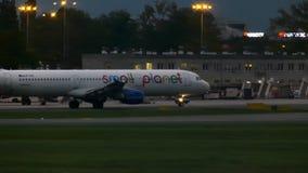 VARSÓVIA, POLÔNIA - 14 DE SETEMBRO DE 2017 Avião comercial pequeno de Airbus A321-211 das linhas aéreas do planeta que taxiing no vídeos de arquivo