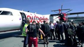 VARSÓVIA, POLÔNIA - MAIO, 18, 2017 Embarque do plano de hélice de Air Berlin no aeroporto Fotos de Stock Royalty Free