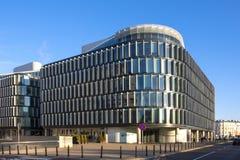 Varsóvia, Polônia - projeto metropolitano Modernistic do prédio de escritórios fotos de stock