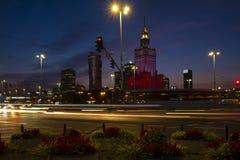 Varsóvia, Polônia - vista panorâmica da noite do centro da cidade com culto imagens de stock
