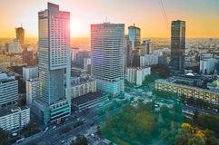 Varsóvia, Polônia - 27 de agosto de 2016: Vista panorâmica aérea à baixa da capital polonesa no por do sol com alargamento da len Imagem de Stock