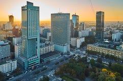Varsóvia, Polônia - 27 de agosto de 2016: Vista panorâmica aérea à baixa da capital polonesa no por do sol, do palácio superior Imagens de Stock