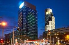 Varsóvia, Polônia - 28 de março de 2016: Rua de Grzybowska 78, centro incorporado principal do prédio de escritórios, Raiffeisen  Fotos de Stock Royalty Free