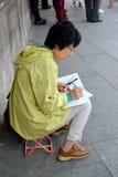 Varsóvia, Polônia O artista fêmea da aparência asiática tira na rua Fotografia de Stock Royalty Free