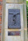 Varsóvia, Polônia Um stele com uma crucificação Um memorial aos mortos durante a Varsóvia revolta-se o 28 de janeiro de 1944 fotografia de stock royalty free