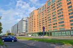 Varsóvia, Polônia Um tipo na rua as avenidas do Jerusalém e os prédios de escritórios modernos Foto de Stock Royalty Free