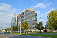 Varsóvia, Polônia Um tipo no complexo moderno de Evrotsentrum do escritório na rua as avenidas do Jerusalém Fotos de Stock Royalty Free