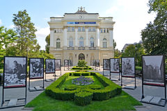 Varsóvia, Polônia Uma vista do exemplo principal da universidade de Varsóvia e uma exposição da foto sobre a revolta de Varsóvia  foto de stock royalty free