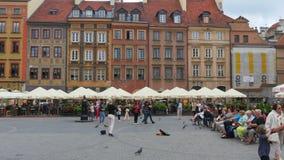 VARSAVIA - LA POLONIA, AGOSTO 2015: fiddler che gioca fiddle, quadrato principale video d archivio
