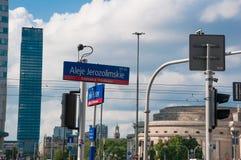 """VARSAVIA - 19 MAGGIO: Vista """"di jerozolimskie di Aleje """"e dei segnali stradali """"di Emila Plater """"nella città di Varsavia il 19 ma immagini stock"""