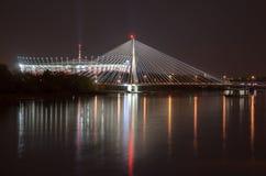 VARSAVIA, POLAND-APRIL 24,2017: Stadio e ponte nazionali di Swietokrzyski alla notte Fotografie Stock