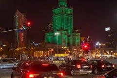 VARSAVIA, POLONIA - 1° GENNAIO 2016: Traffico di notte vicino del palazzo di cultura e di scienza Fotografia Stock Libera da Diritti