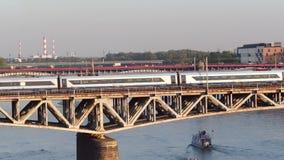 VARSAVIA, POLONIA - 30 AGOSTO 2017 Colpo aereo di un treno elettrico moderno che passa il ponte della ferrovia sopra la Vistola stock footage