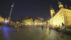 VARSAVIA, POLONIA - 4 AGOSTO 2018 I turisti camminano in vecchia città nella sera Vista artistica del fish-eye video d archivio