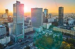 Varsavia, Polonia - 27 agosto 2016: Vista panoramica aerea alla città di capitale polacca al tramonto con il chiarore della lente Immagine Stock