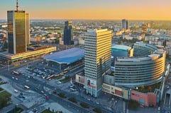 Varsavia, Polonia - 27 agosto 2016: Vista panoramica aerea alla città di capitale polacca al tramonto, dal palazzo superiore Fotografia Stock