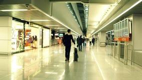 VARSAVIA, POLONIA - DICEMBRE, 24 passeggeri del maschio al terminale di aeroporto internazionale vicino al deposito esente da daz Fotografia Stock