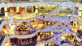 VARSAVIA, POLONIA - 18 DICEMBRE, 2016 Vendita di Natale al centro commerciale moderno tipico Fotografia Stock