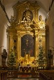 VARSAVIA, POLONIA - 2 GENNAIO 2016: Altare principale di Roman Catholic Church dell'incrocio santo XV-XVI c nelle decorazioni di  Fotografia Stock Libera da Diritti