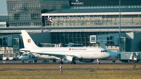 VARSAVIA, POLONIA - 15 GIUGNO 2018 Aeroplano di LZ-EAA Electra Airways Airbus A320-231 che rulla all'aeroporto di Chopin archivi video