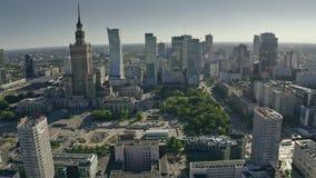 Varsavia, Polonia - 5 giugno 2019 Colpo aereo del centro urbano un giorno di estate soleggiato stock footage