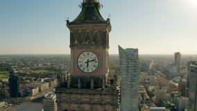 VARSAVIA, POLONIA - 5 GIUGNO 2019 Colpo aereo dell'orologio sul palazzo famoso di cultura e scienza ed il paesaggio urbano video d archivio